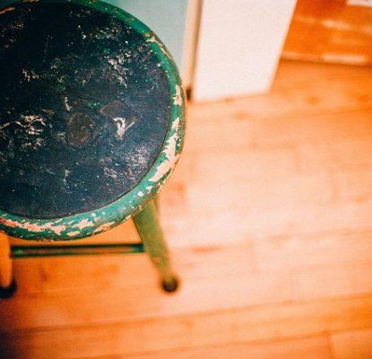 sgabello per piano in legno